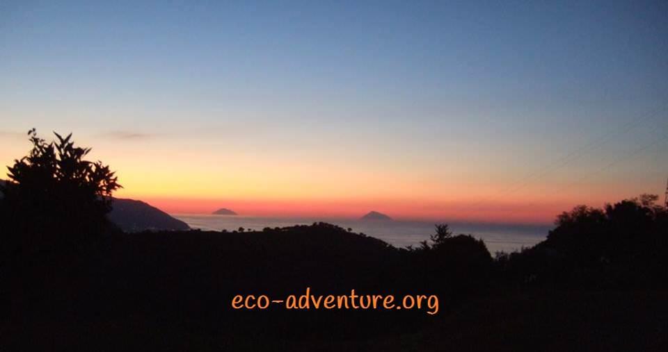 Blick auf die Aeolischen Inseln bei Sonnenuntergang